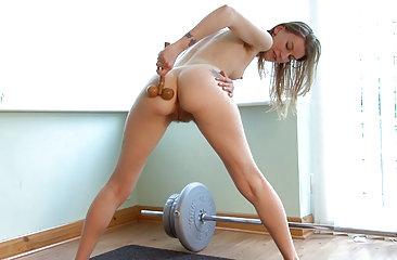 Katie Daze pumps her hairy pussy