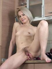 Amanda Blanshe strips naked after some apples