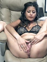 Daniela Flor sits back to masturbate and orgasm