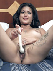 Daniela Flor masturbates in bed with her massager