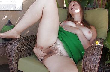 BBW hairy girl Lindsay masturbates on a sunny day