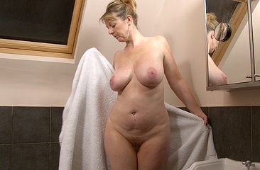Mature hairy woman Sophie takes a bath
