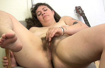 Kinky Esther rubs her hairy bush
